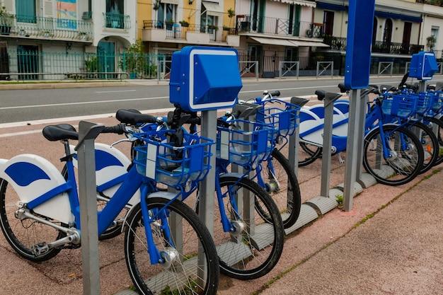 Noleggio bici in strada per i viaggiatori bicicletta di fila giro in città