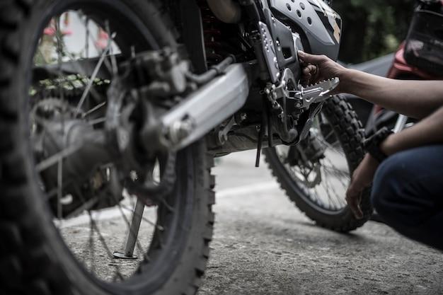 Motociclista di motocross del motore di riparazione del motociclista
