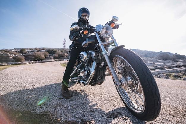 Motociclista in montagna