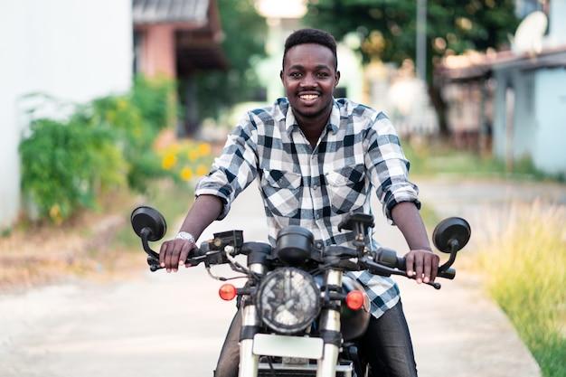 Motociclista in sella a una moto con sorriso e felice