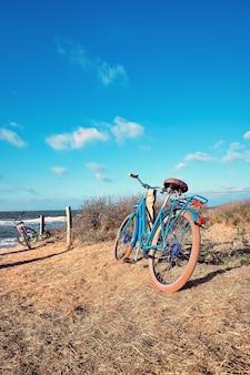 Biciclette all'ingresso della spiaggia sull'isola di hiddensee, mar baltico, germania settentrionale.