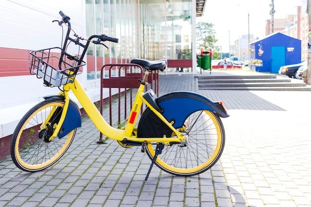 Condivisione di biciclette. biciclette a noleggio. biciclette nel parcheggio bici vicino al negozio. trasporto urbano ecologico.