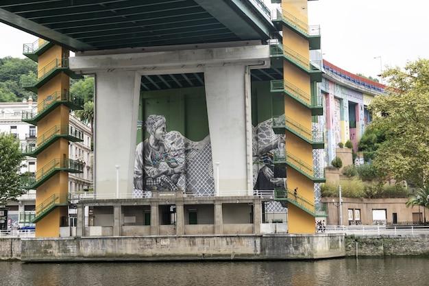 Bilbao, spagna, settembre 2019: murale in mostra nella ria de bilbao.