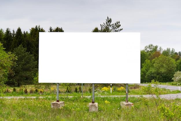 Tabellone per le affissioni su uno sfondo di natura verde