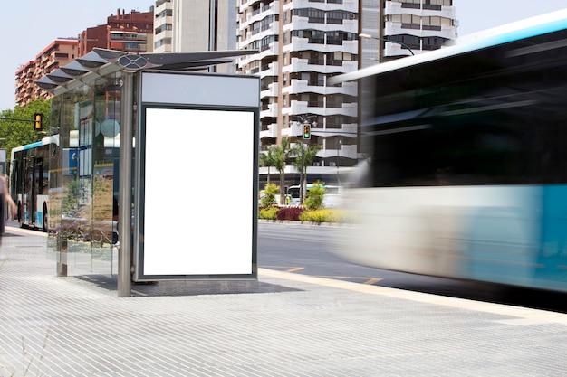 Cartellone in centro città con bus in movimento