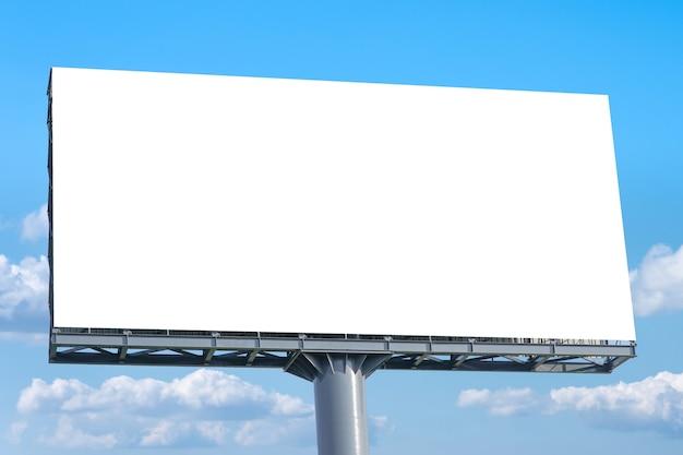 Tabellone per le affissioni - grande tabellone per le affissioni in bianco con lo schermo vuoto e il bel cielo nuvoloso.