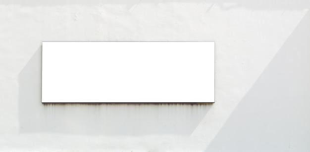 Modello di tabellone per le affissioni fuori dall'edificio sul muro di cemento