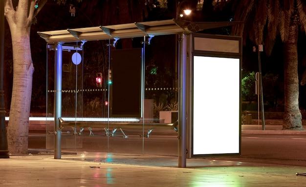 Cartellone con luce nel centro della città di notte
