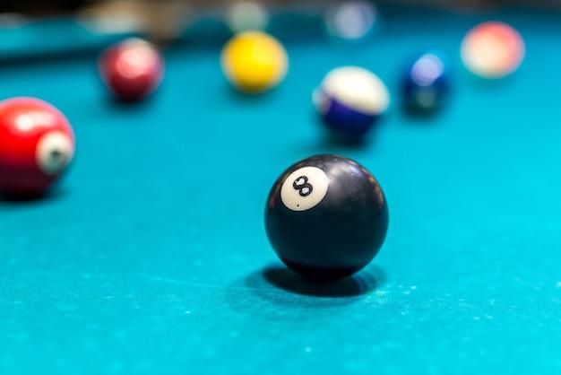 La palla da biliardo è sul tavolo da biliardo