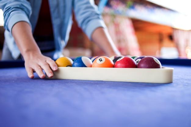 Tavolo da biliardo con palline. sport e hobby