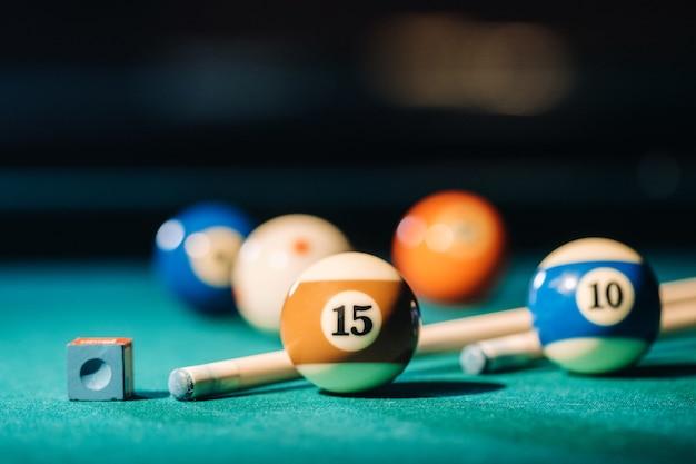 Tavolo da biliardo con superficie verde e palline nel club di biliardo.gioco in piscina.
