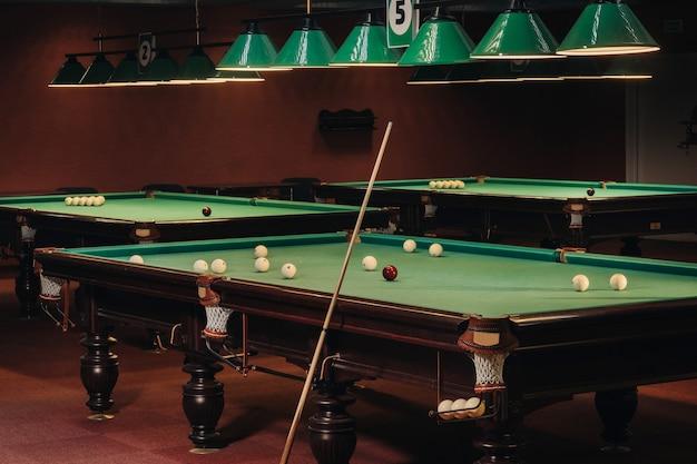 Tavolo da biliardo con superficie verde e palline nel club di biliardo. gioco di biliardo.