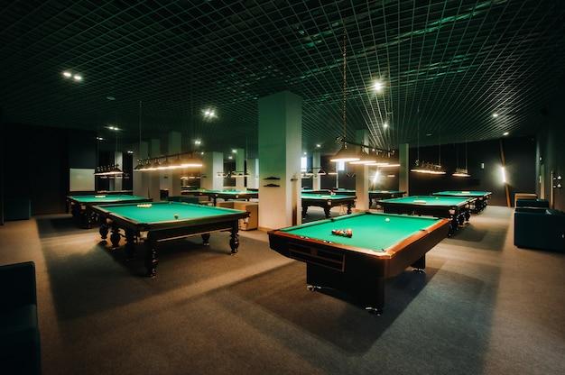 Tavolo da biliardo con superficie verde e palline nel club di biliardo.