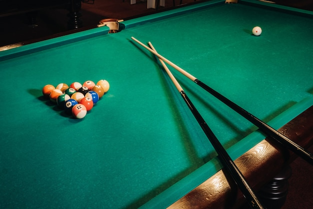 Tavolo da biliardo con superficie verde e palline nel club di biliardo