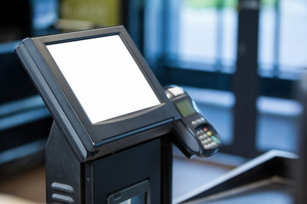 Bancomat e terminale per carte di credito al banco cassa