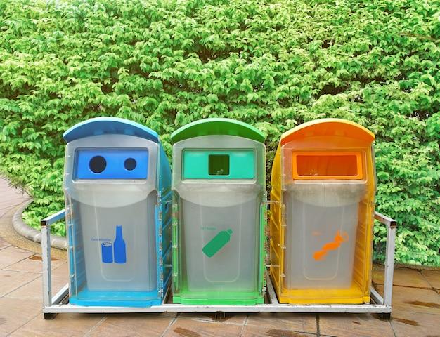 Separazione dei rifiuti di plastica, bottiglie e rifiuti umidi