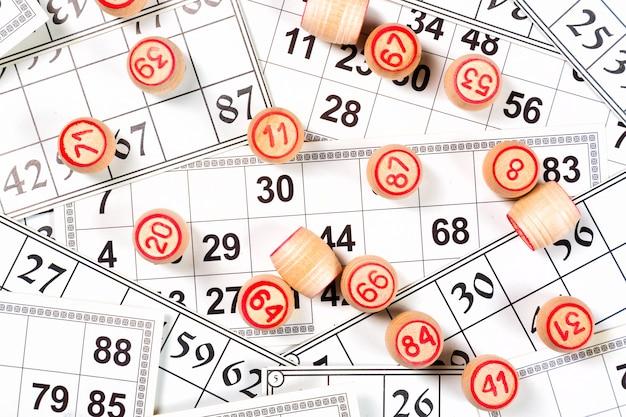 Gioco del bingo o del lotto, fusti di legno del lotto su carte,