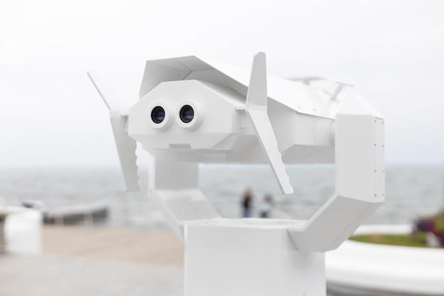 Telescopio binocolo sul ponte di osservazione per le attrazioni turistiche del mare