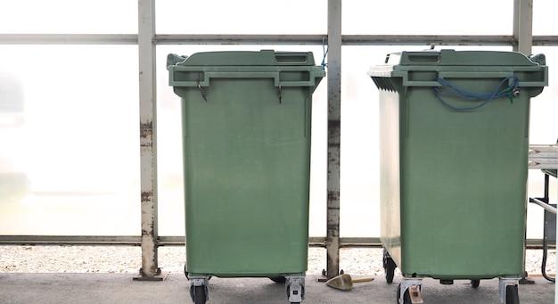 Bidoni o rifiuti con colore verde in giappone.
