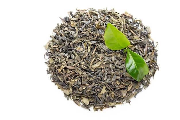 Foglia di tè verde bio isolato su sfondo bianco