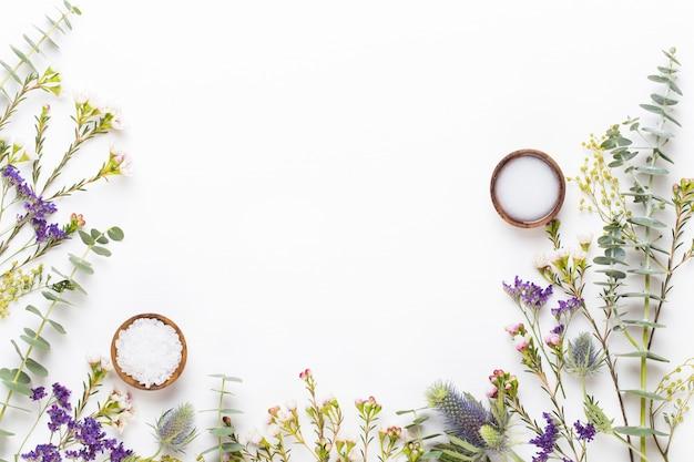 Composizione cosmetica bio a base di erbe verdi, sale marino e cosmetici fatti a mano.