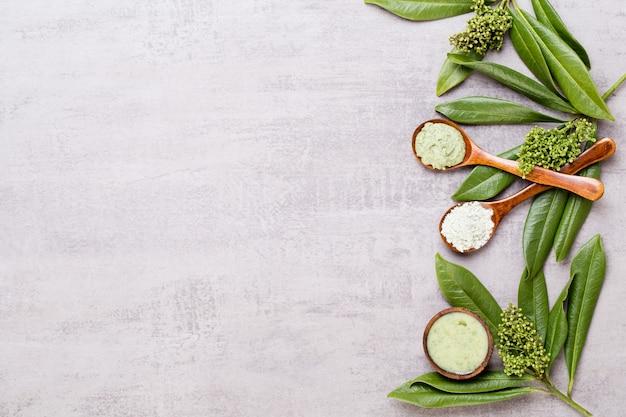 Composizione cosmetica verde a base di erbe bio, sale marino e cosmetici fatti a mano.