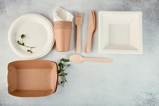 Stoviglie usa e getta biodegradabili. piatti di carta, tazze, scatole. posate di legno.