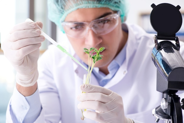 Biotecnologia con scienziato in laboratorio