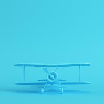Biplano su sfondo blu brillante