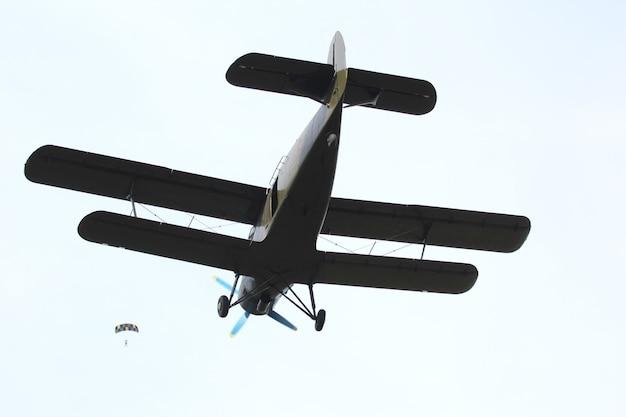Biplano che vola nel cielo