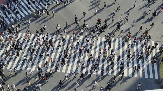 Una vista dall'alto delle folle che attraversano l'incrocio confuso a shibuya (tokyo, giappone)