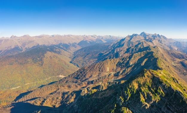Vista dall'alto di una catena montuosa e pendii con una valle di montagna.