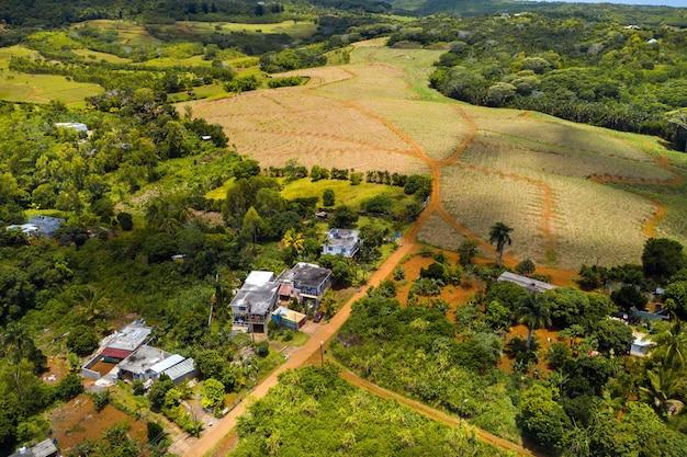 Vista dall'alto delle montagne e dei campi dell'isola di mauritius.