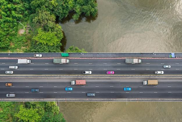Vista a volo d'uccello del traffico sul ponte pubblico