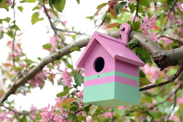 Casetta per uccelli in giardino all'aperto