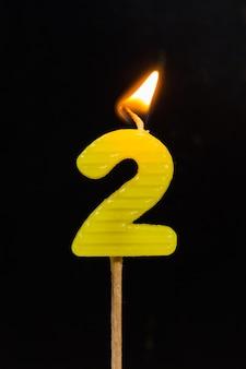 Candele di compleanno-anniversario che mostrano numero. 2