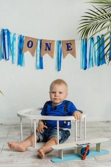 Il bambino del festeggiato è seduto su uno sfondo festivo