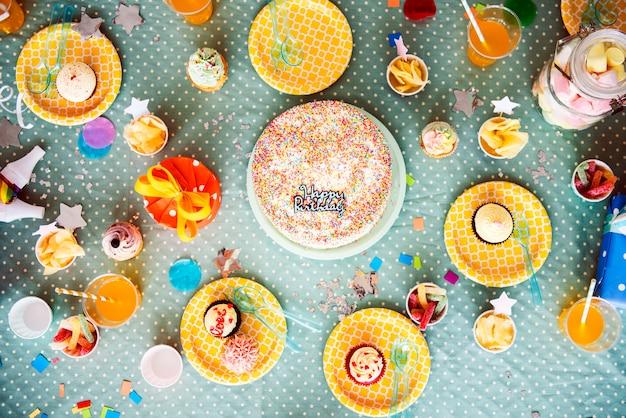 Torta di compleanno e altre bevande poste sul tavolo