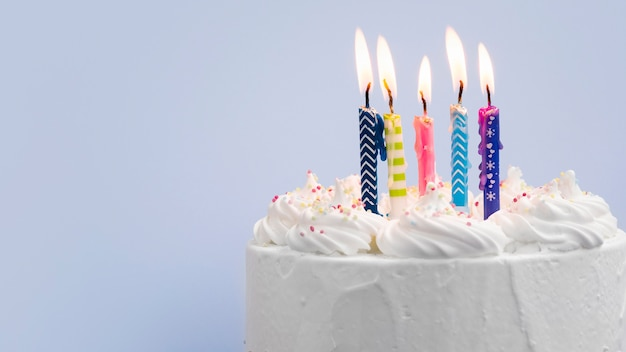 Torta di compleanno con candele su sfondo blu