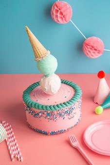 Torta di compleanno con cono gelato ed elementi di partito