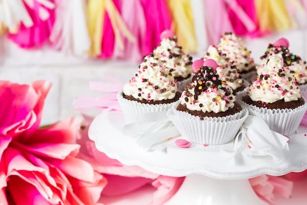 Candy bar di compleanno. tortine al cioccolato con crema di formaggio e decorazioni multicolori