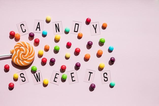 Concetto di compleanno. alimento di festa, varie caramelle dolci su fondo rosa