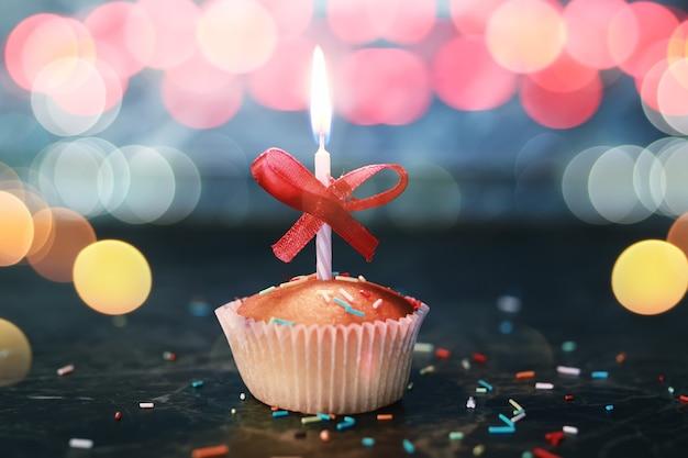 Cupcake di compleanno con una candela bokeh