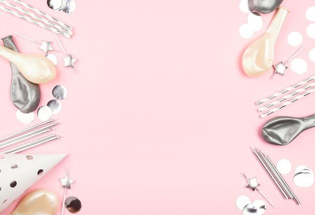 Elementi di compleanno su sfondo rosa