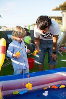 Compleanno. pescando sulla calamita nella piscina per bambini