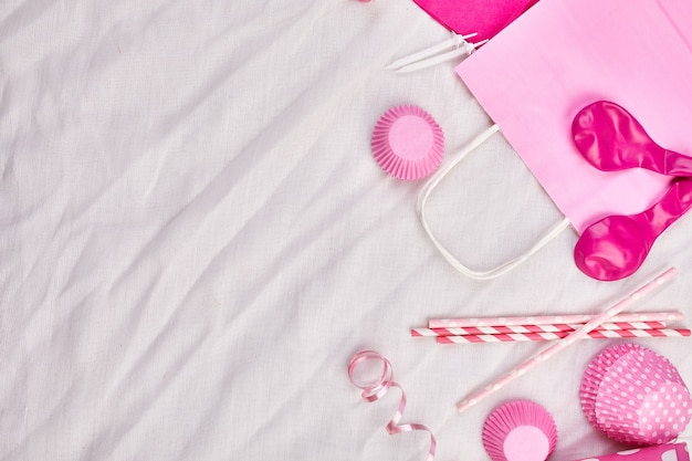 Compleanno ragazza piatto laico, vista dall'alto e copia spazio per testo, cornice o sfondo con elementi del festival rosa, cappelli da festa e stelle filanti, biglietto di auguri di compleanno o festa.