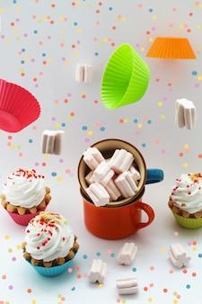 Torte di auguri di compleanno con serpentina di crema su sfondo bianco