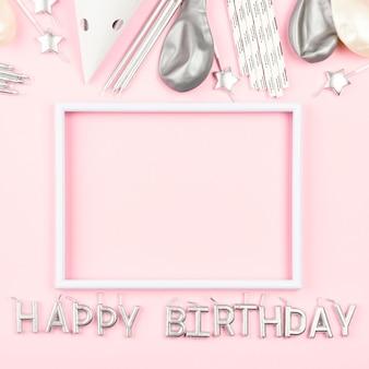 Ornamenti di compleanno con sfondo rosa