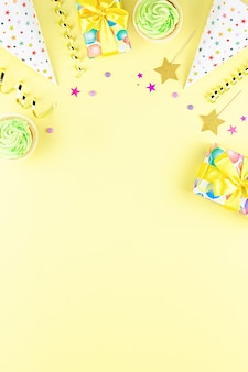 Bordo degli accessori della festa di compleanno sul giallo