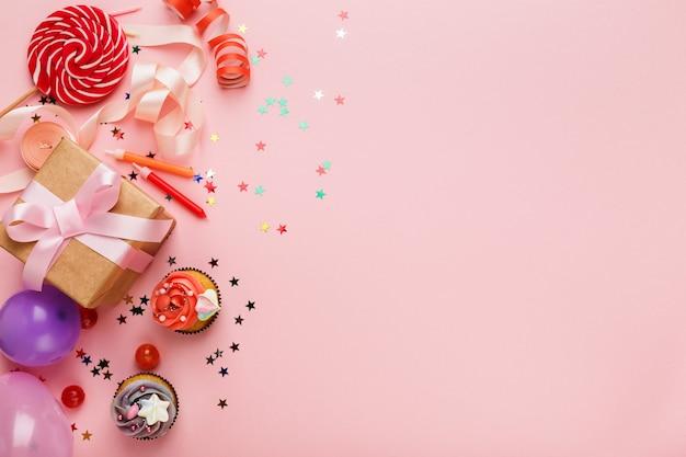 Sfondo festa di compleanno con regalo e torte